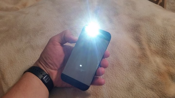 This is how to use the iPhone flashlight and other tips to use it better.