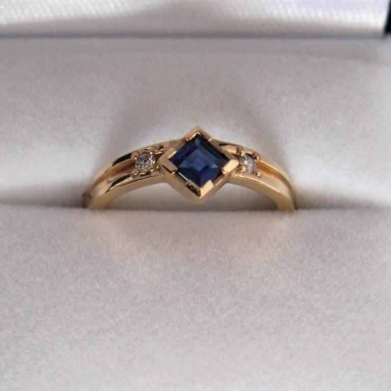 saffier in geelgouden ring