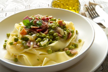 Papardeles with fresh peas and bacon