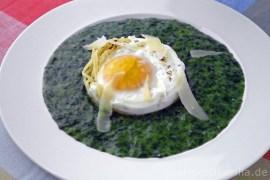 Kinderteller: Nudelnester mit Ei und Spinat