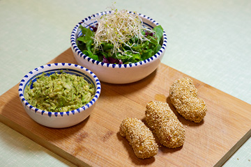 Würzige Sesamkroketten mit Avocado und Salat