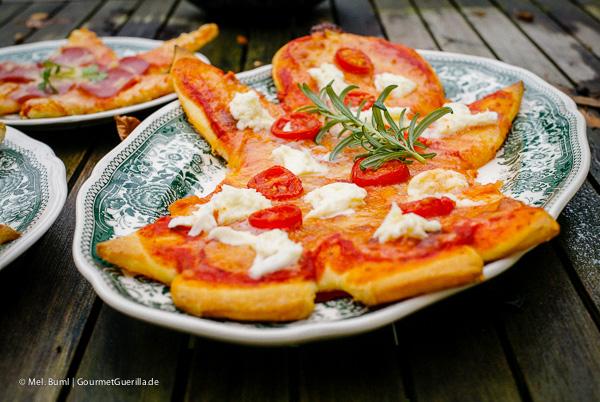 Weihnachtspizza: Saftige Mozzarella-Engel mit fruchtigen Cherry-Tomaten |GourmetGuerilla.de