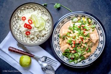 Hühnchen in pikanter Erdnusssosse mit grünem Knack-Topping und Kokos-Limetten-Cauli-Reis  GourmetGuerilla.de