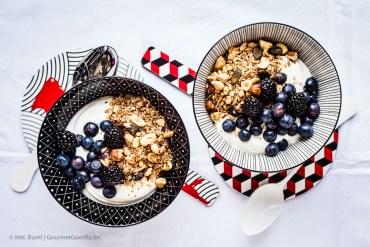 {LCHF & Low Carb Rezept} Griechischer Joghurt mit selbstgemachtem Nussknusper und dunklen Beeren  GourmetGuerilla.de