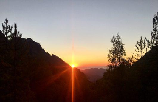 Sonnenuntergang auf einem Hügel hinter der Manganuhütte Korsika