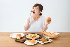 食べる女性、食べ物