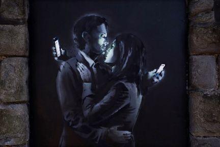 Banksy- mobile lovers