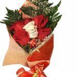 ramo de seis rosas con una tatuada de graficflower