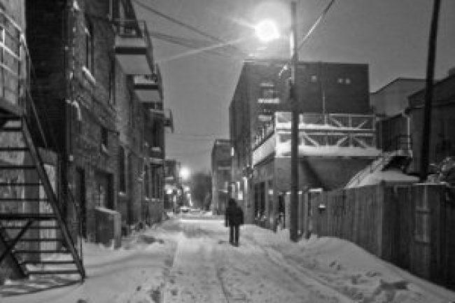 montreal, quebec, winter, gasse, street,straße, strasse, dunkel, nacht, laterne, dunkle gasse, schnee, snow, neige, foto, fotografie