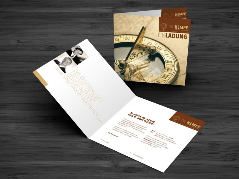 Einladung in Brauntönen, mit einem Kompass auf der Titelseite. Lokogestaltung