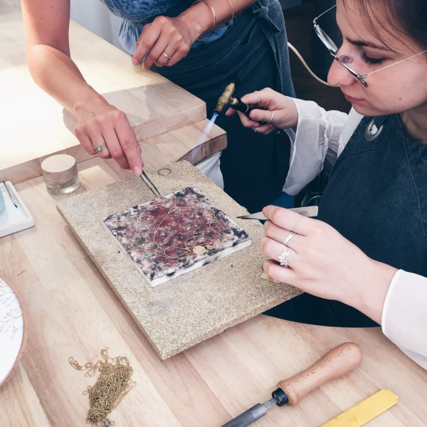 atelier avec un artisan bijoutier