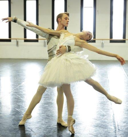 Nicoletta Manni and Timofej Andrijashenko rehearse Swan Lake in costume - photo by Brescia and Amisano Teatro alla Scala