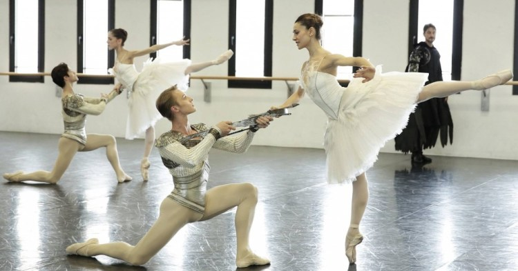 Nicoletta Manni and Timofej Andrijashenko rehearse Swan Lake with Vittoria Valerio and Claudio Coviello behind – photo by Brescia and Amisano Teatro alla Scala