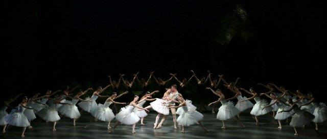 Nicoletta Manni and Timofej Andrijashenko with the corps de ballet - photo Brescia and Amisano Teatro alla Scala