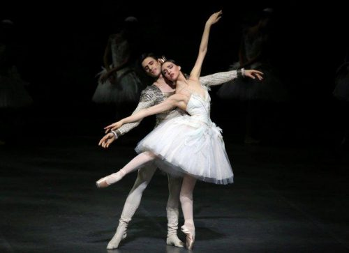 Martina Arduino as Odette with Nicola del Freo – photo by Brescia and Amisano Teatro alla Scala