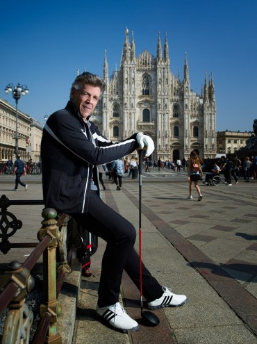 Thomas Hampson with a golf club in the piazza del Duomo in Milan, photo by Chris Singer