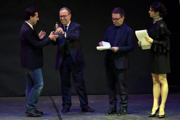 Daniele Cipriani receives his award from Pino Strabioli, Cristiano Ostinelli and Rossella Brescia