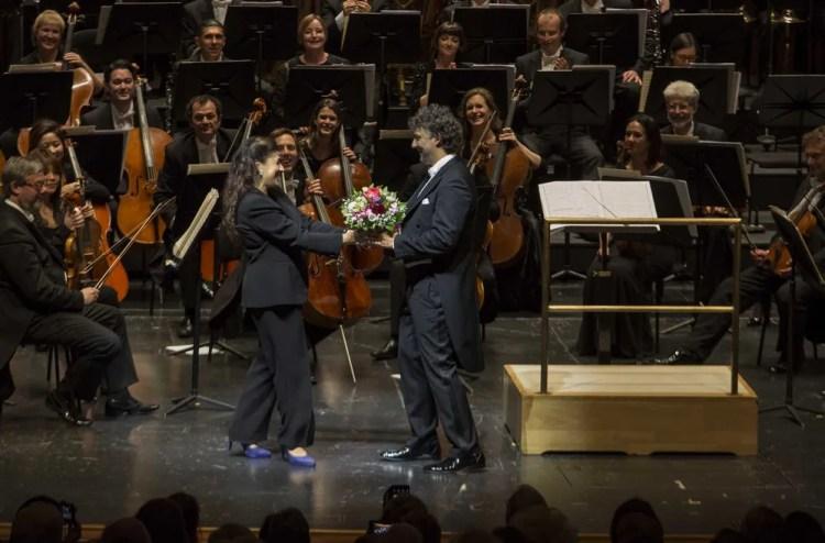 Cecilia Bartoli as the Festival Director hands flowers to Jonas Kaufmann, © Salzburger Festspiele, Marco Borrelli