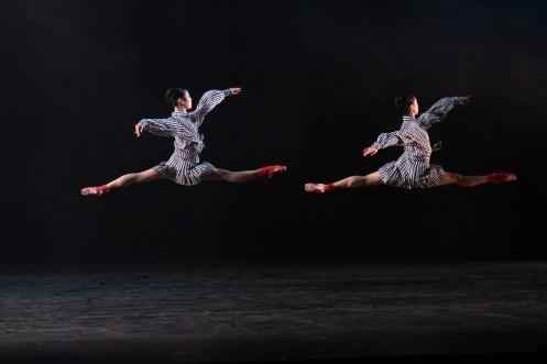 06 In the Upper Room by Twyla Tharp, Momoko Hirata and Miki Mizutani © Dasa Wharton, Birmingham Royal Ballet 2018