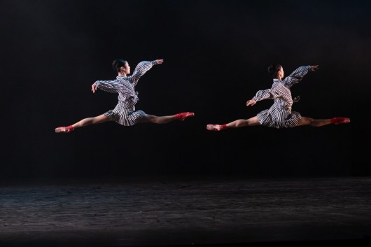 06 In the Upper Room by Twyla Tharp, Momoko Hirata and Miki Mizutani © Dasa Wharton, Birmingham Royal Ballet 2018