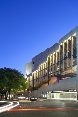 Queensland Performing Arts Centre di Brisbane building at dusk