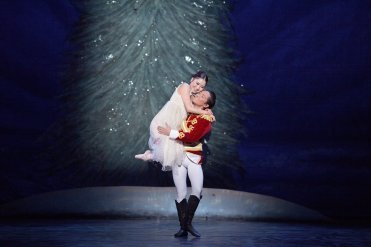 Rina Kanehara and Jeffrey Cirio in English National Ballet's Nutcracker © LaurentLiotardo