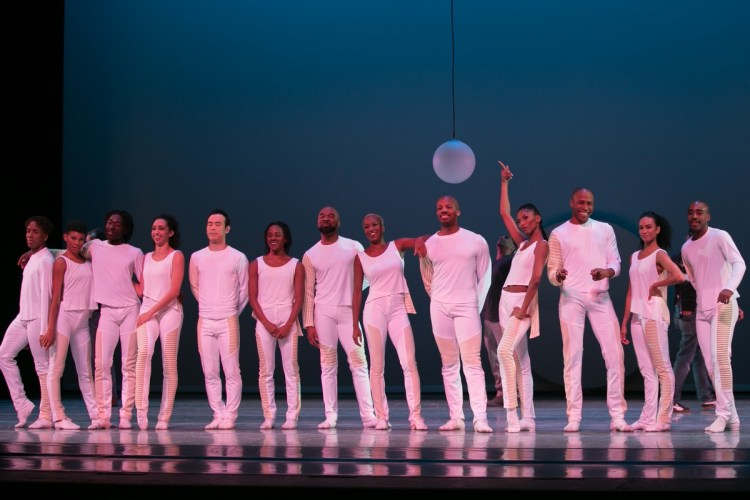 01 Alvin Ailey American Dance Theater in Jessica Lang's EN , photo by Dasa Wharton