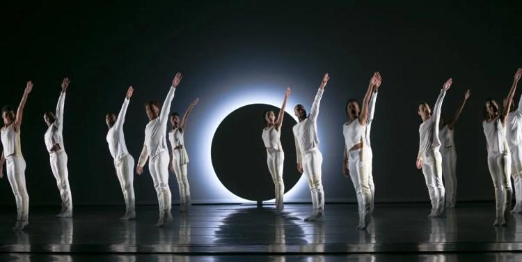 03 Alvin Ailey American Dance Theater in Jessica Lang's EN, photo by Dasa Wharton