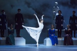 Marianela Nunez as Hermione and Dancers of The Royal Ballet in Act I of The Winter's Tale © ROH Johan Persson 2014
