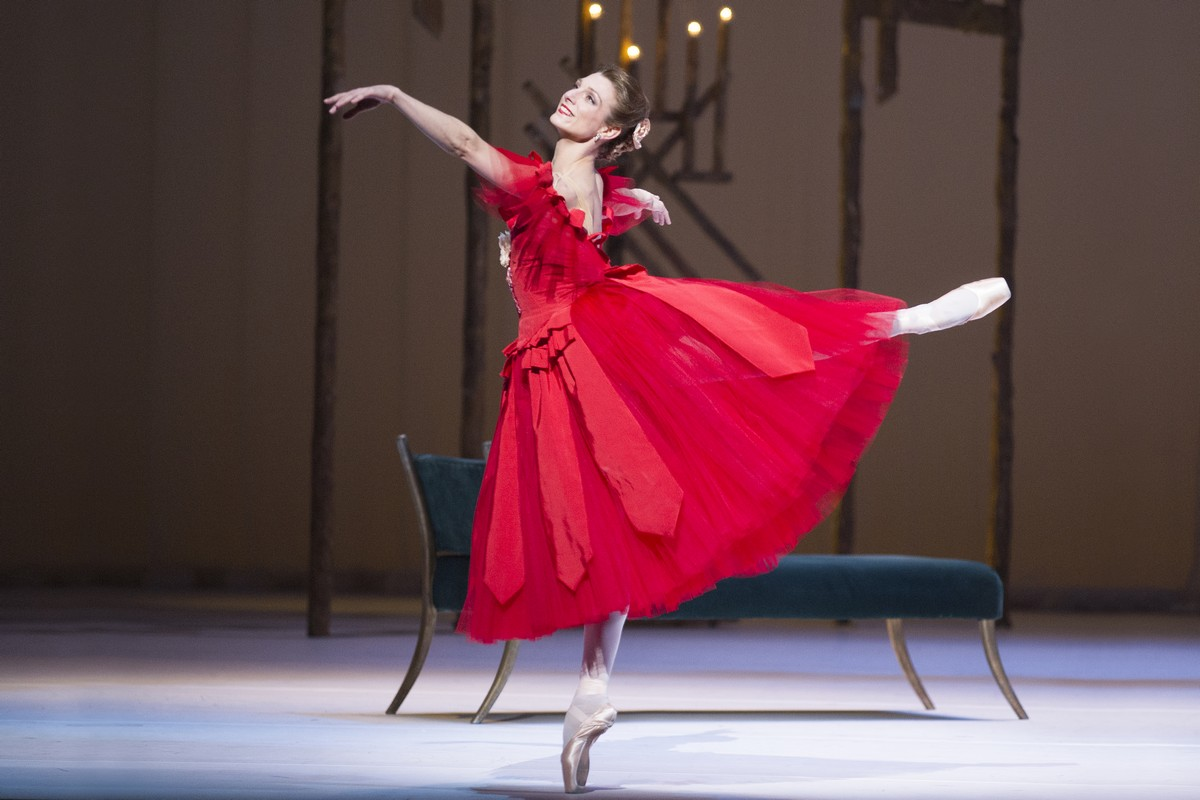 Zenaida Yanowsky as Marguerite in Marguerite and Armand, The Royal Ballet. © ROH, Tristram Kenton, 2013.