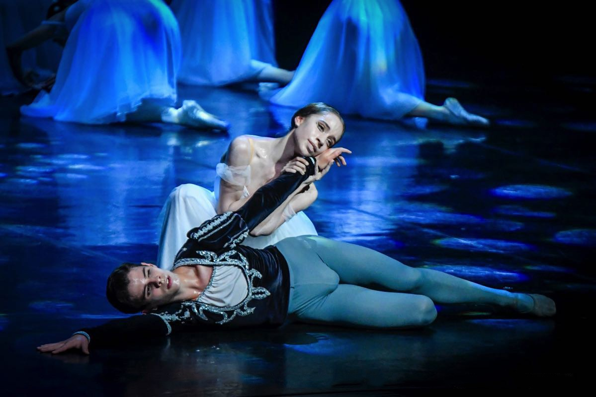 António Casalinho and Margarita Fernandes in Maina Gielgud's production of Giselle. Photo by Tomé Gonçalves, Conservatorio Internacional de Ballet e Dança Annarella Sanchez