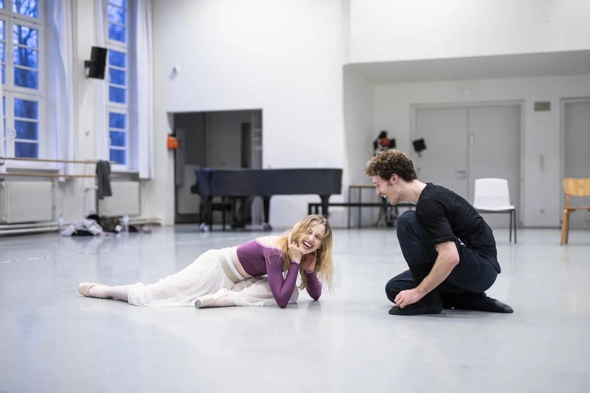 Virna Toppi and Emilio Pavan rehearse La Dame aux Camélias, photo by Kiran West, Bavarian State Ballet