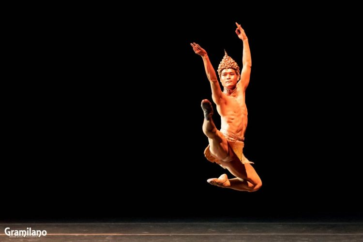 Young Gyu Choi as the Golden Idol in Les Etoiles 2020 Rome, photo by Graham Spicer