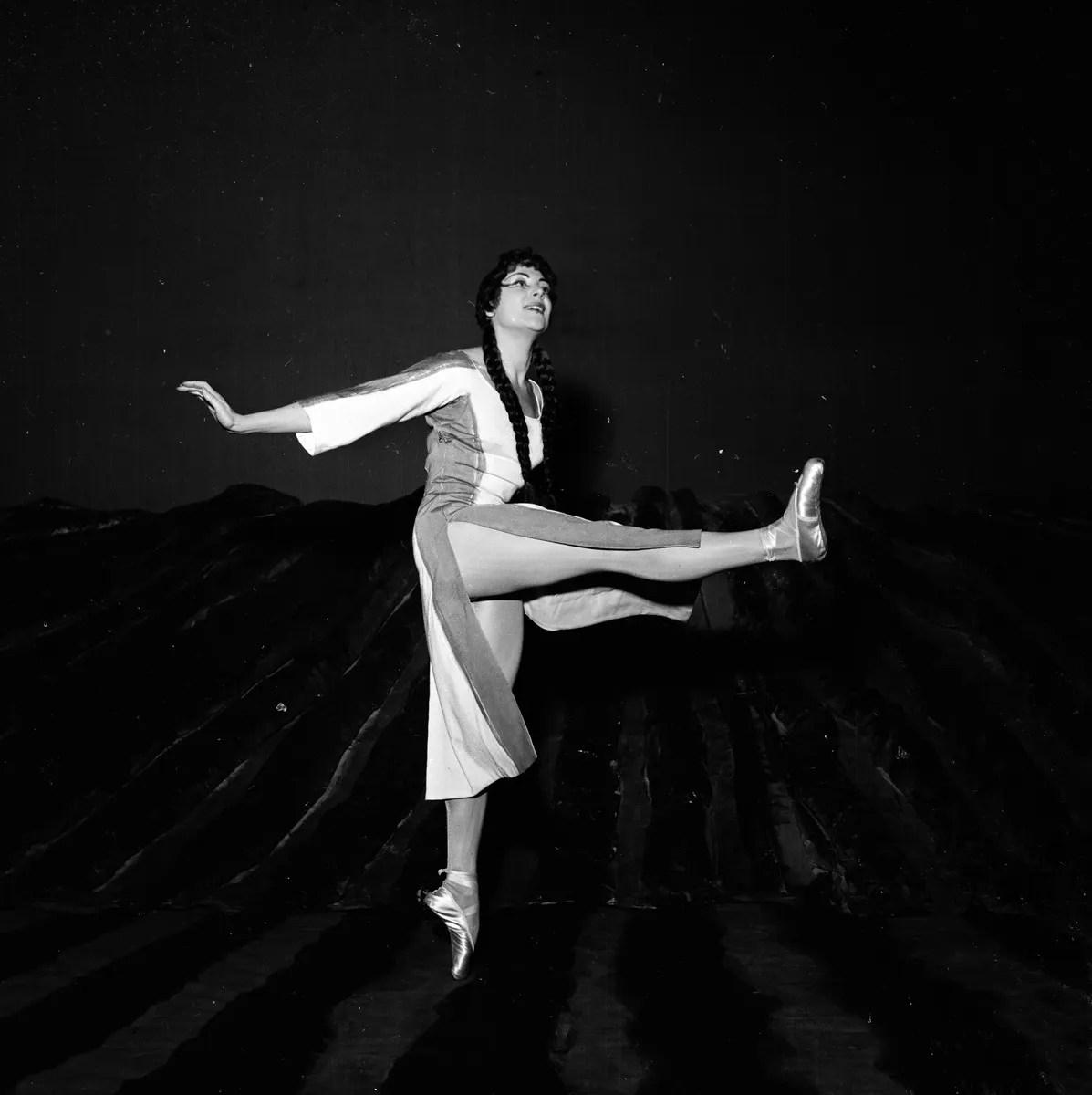 1954 Luciana Novaro in Les noces, photo by Erio Piccagliani © Teatro alla Scala
