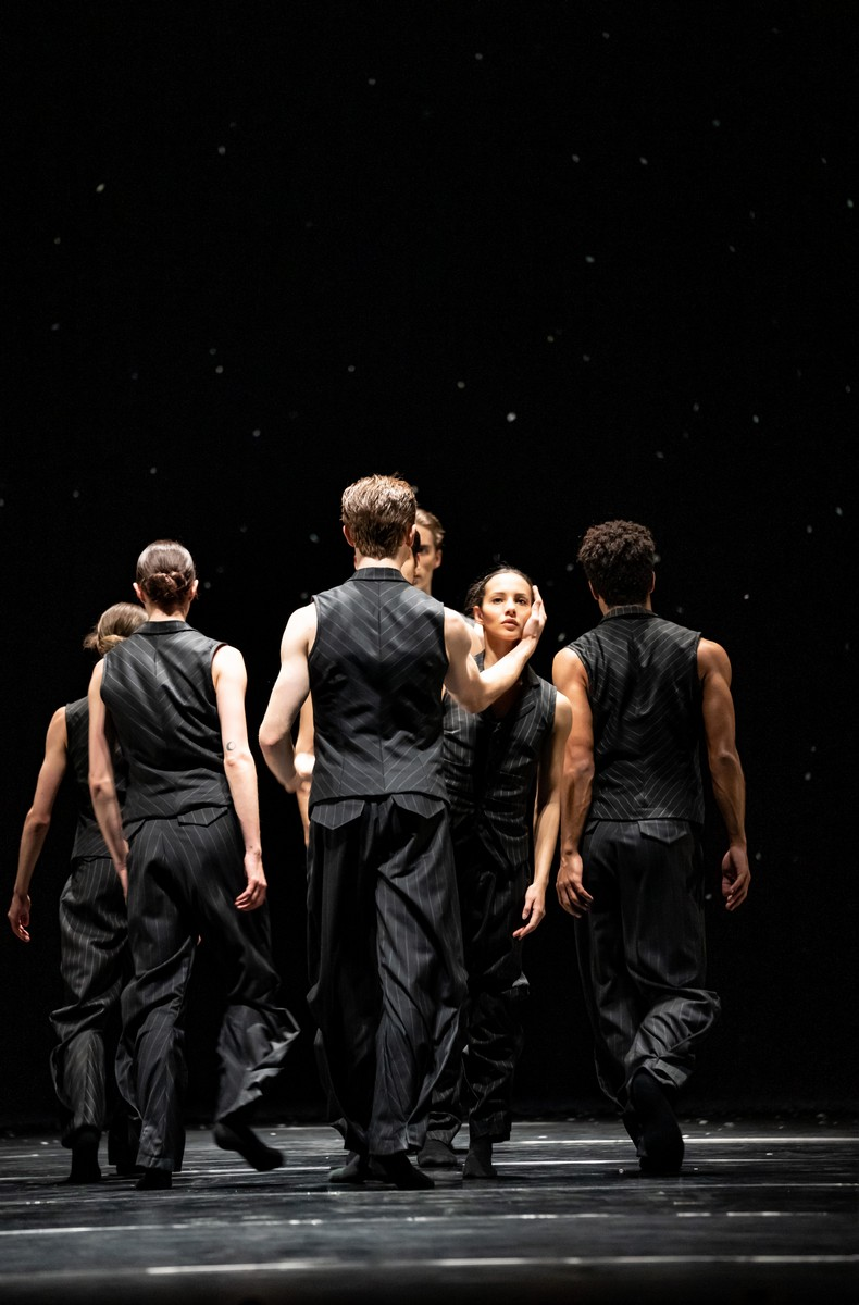 Francesca Hayward and Artists of the Royal Ballet in Solo Echo, The Royal Ballet ©2021 ROH. Photograph by Bill Cooper