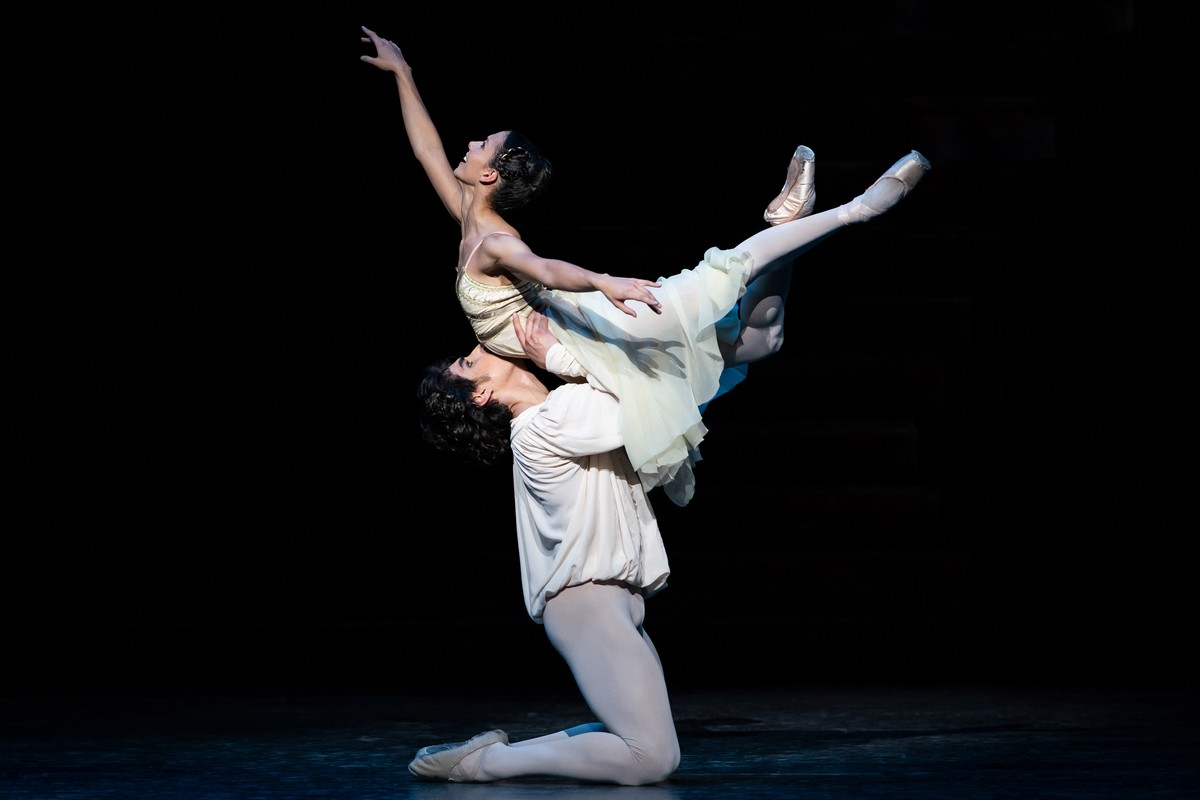 Cesar Corrales as Romeo and Francesca Hayward as Juliet in Romeo and Juliet, The Royal Ballet © 2019 ROH. Photograph by Helen Maybanks copy