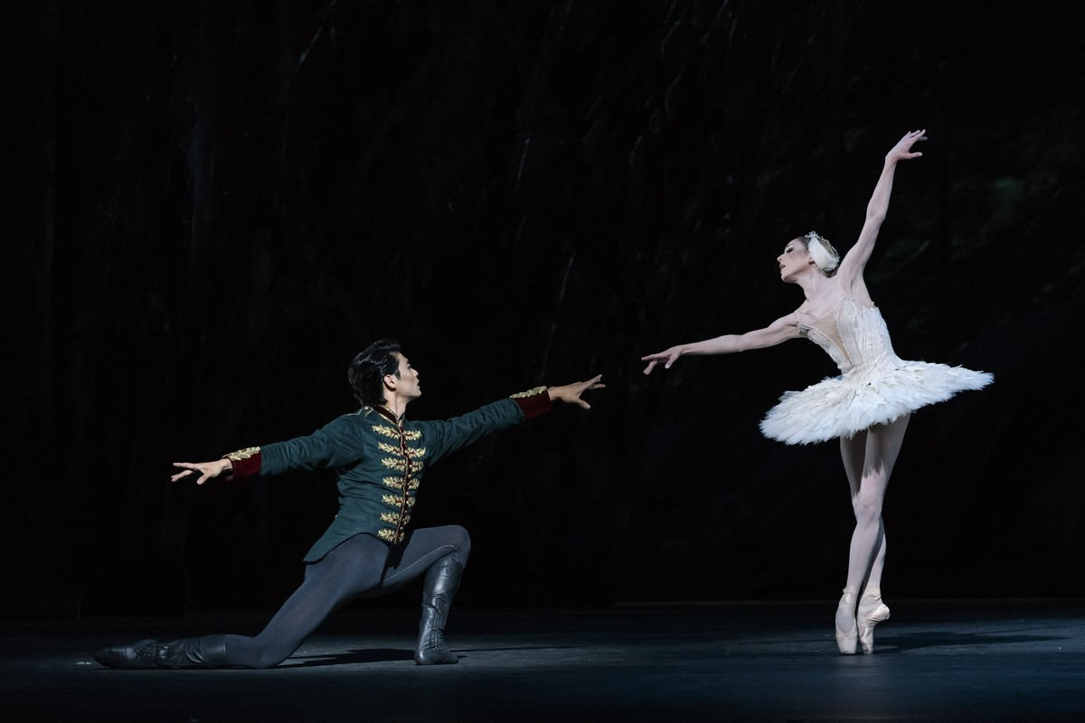 Ryoichi Hirano as Prince Siegfried and Sarah Lamb as Odette in Swan Lake, The Royal Ballet © 2018 ROH. Photograph by Bill Cooper copy