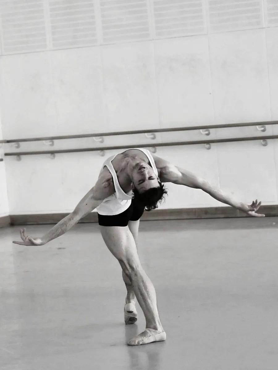 Davide Dato rehearses Uwe Scholz's Rite of Spring © Gabriele Schacherl (7)