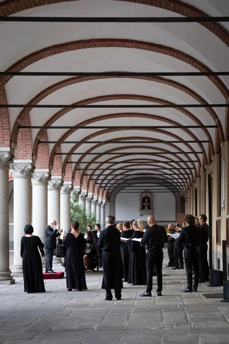 La Scala's chorus at hospital Sant'Ambrogio, photo by Chiara Villa