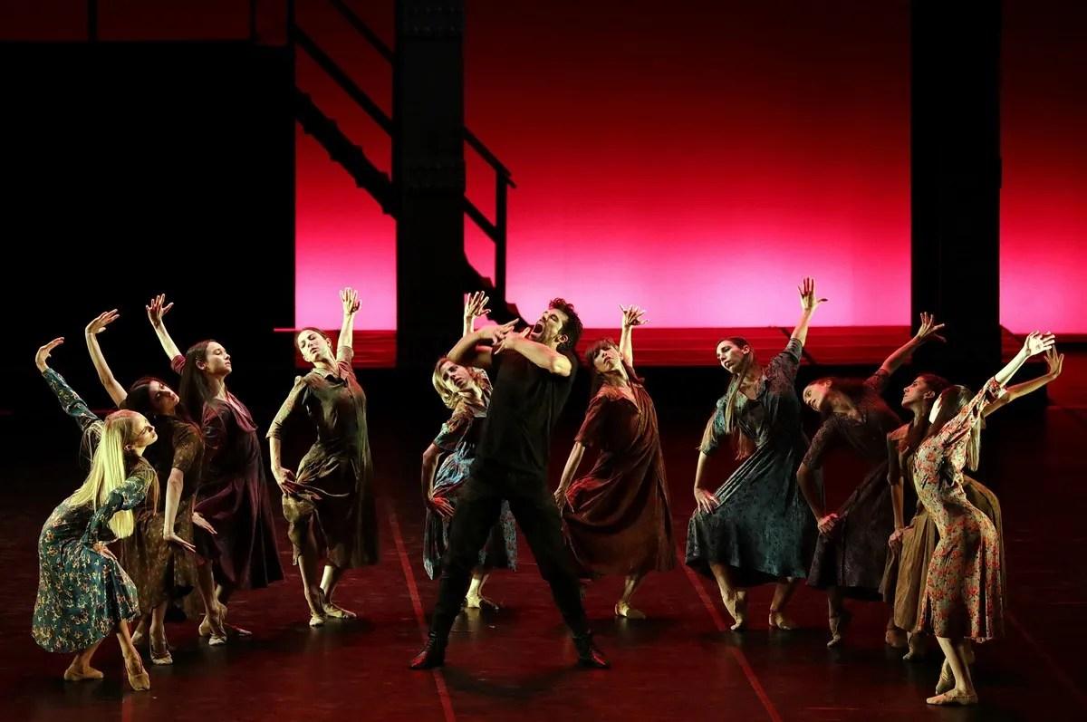 Madina - 38 - Roberto Bolle and the corps de ballet, photo by Brescia e Amisano ©Teatro alla Scala (3)