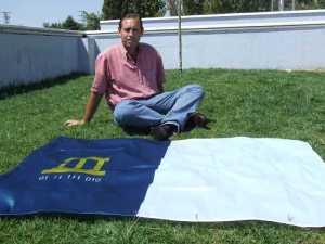 El Alcalde de Jun presenta la bandera del municipio