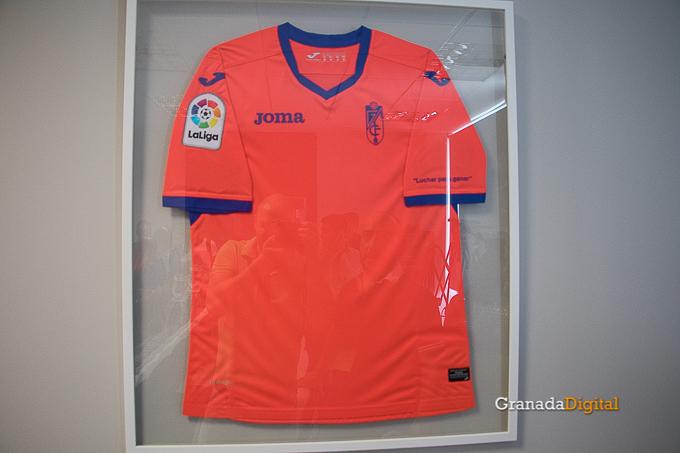 Presentación Primera equipación camiseta Granada CF rojiblanco-8