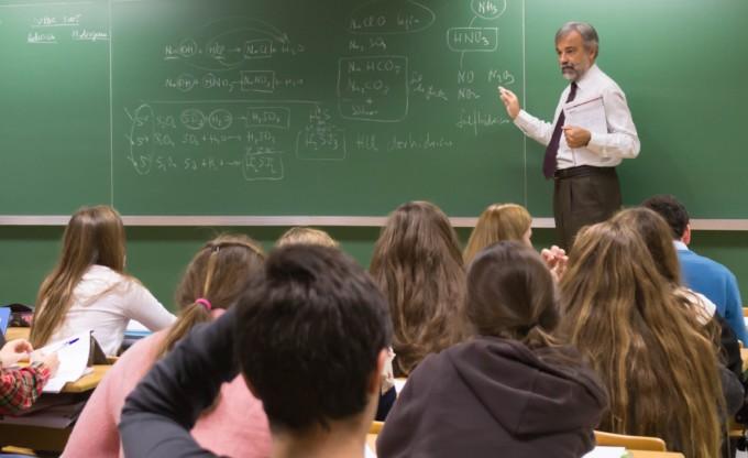 Profesor-dando-clases-en-Colegio-CEU (1)