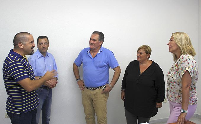 Los tenientes de Alcalde Antonio Escamez, Susana Feixas y Maria Angeles Escamez junto con los responsables de la Asociación Granada Mas
