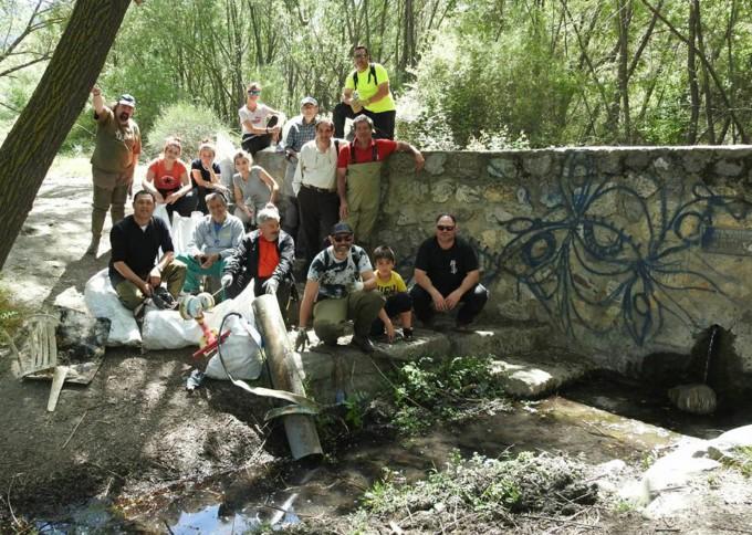 Voluntarios en la Fuente de la Pita de Cenes de la Vega