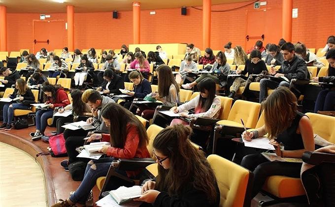 estudiantes-examen-clase-erasmus