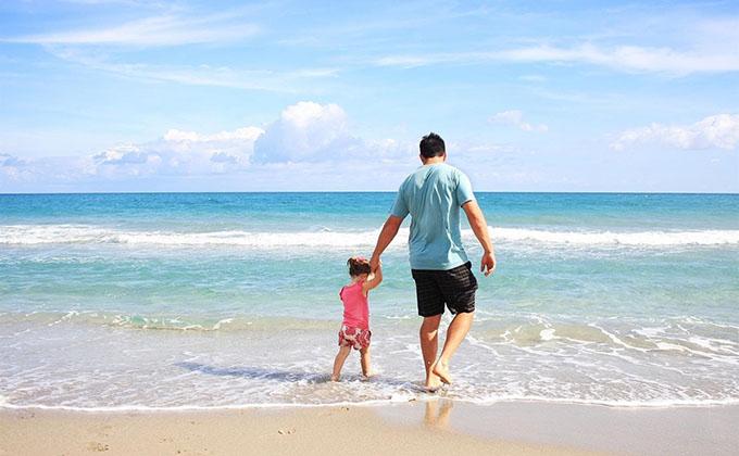 familia-padre-niños-hijos-menores-playa-