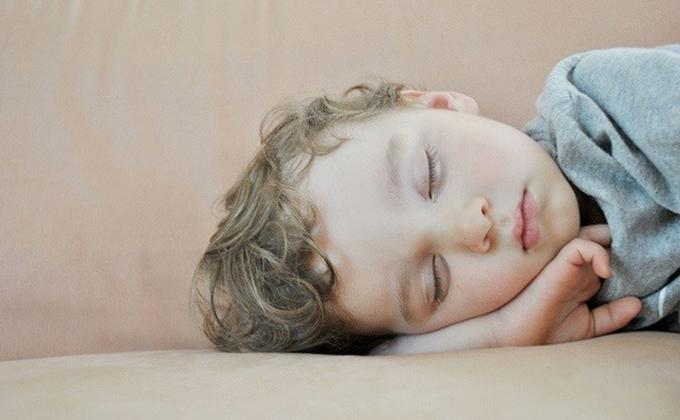 niño duerme durmiendo descanso sueño