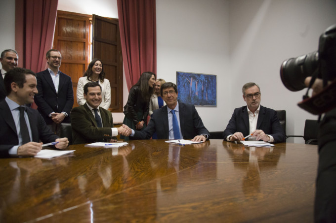 El líder de Ciudadanos en Andalucía, Juan Marín y El presidente del PP-A, Juanma Moreno estrechan la mano tras firmar un acuerdo de investidura