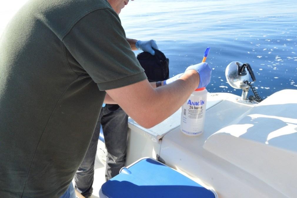 Seprona y Ayuntamiento toman muestras de una mancha en el mar de Salobreña